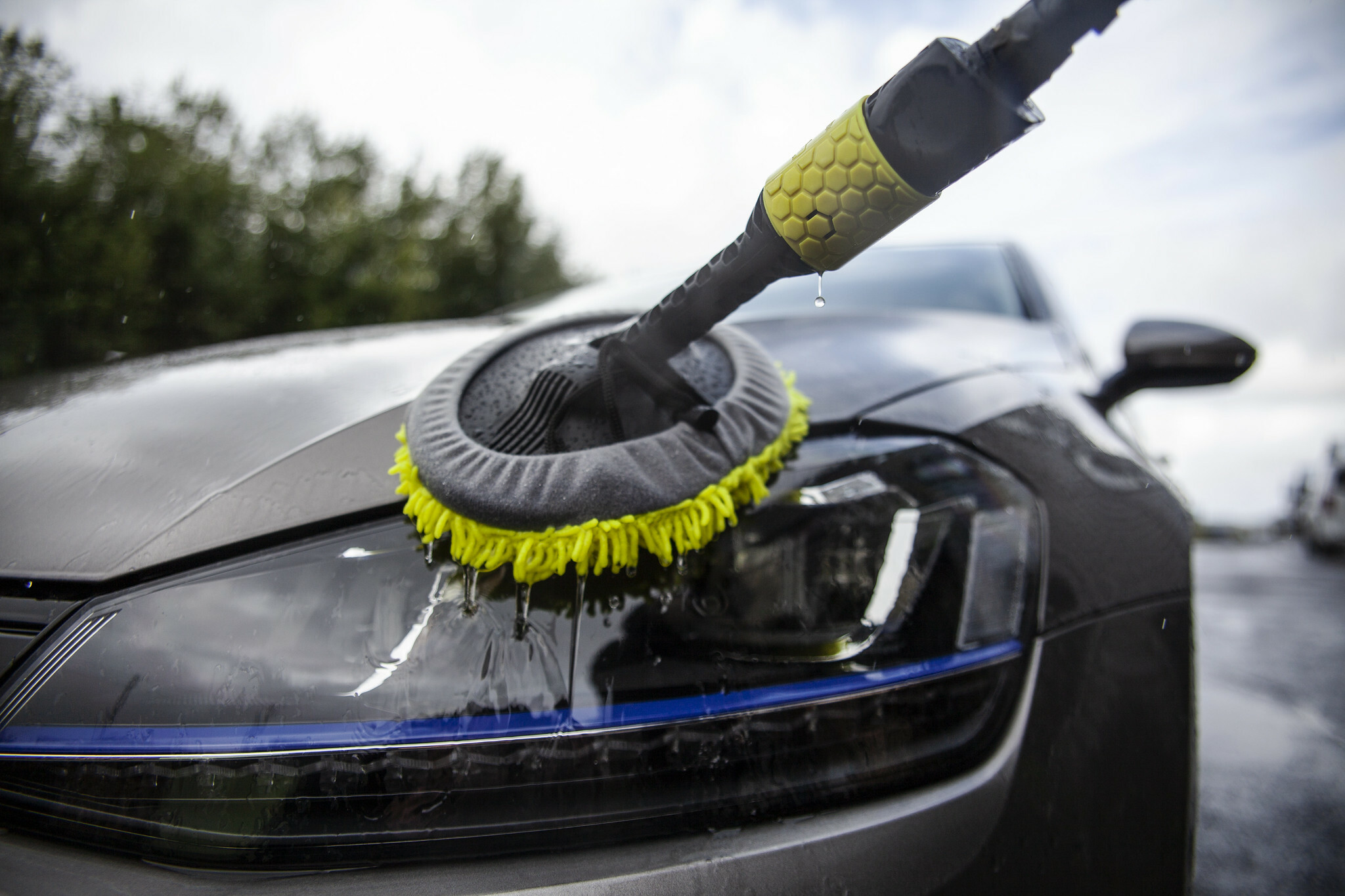 Washing the car with a microfibre mop